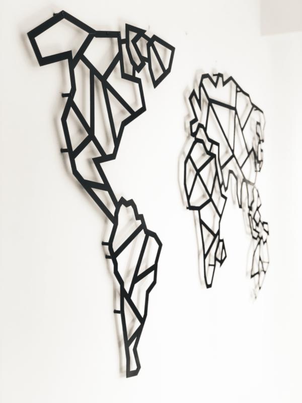 mapa de aço com detalhe na parede